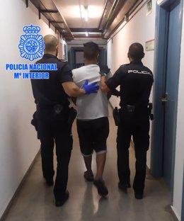 Pla general de dos agents emportant-se un dels detinguts en l'operació de desmantellament d'una organització criminal d'empadronaments fraudulents a Tarragona. Imatge del 6 de novembre del 2020 (vertical)