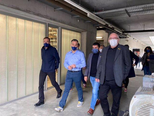 El conseller d'Educació, Josep Bargalló, i el de Treball, Afers Socials i Famílies, Chakir el Homrani, en una visita en un institut d'Olot (Girona)