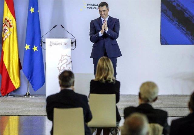 El presidente del Gobierno, Pedro Sánchez, aplaude en el acto de presentación del Plan de Recuperación, Transformación y Resiliencia de la Economía Española en la Ciutat de les Arts i les Ciències de Valencia, Comunidad Valenciana (España), 5 de noviembre