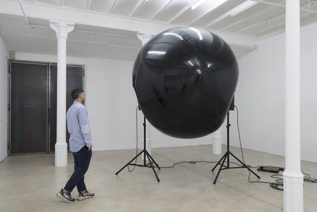 La instal·lació sonora dins l'exposició 'Abstine substine', de l'artista SERJ a la Blueproject Foundation, el 6 de novembre del 2020 (horitzontal).