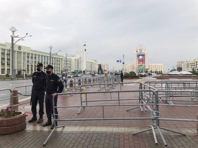 Policías despletgados en la plaza de la Independencia de Minsk antes de una manifestación contra el régimen