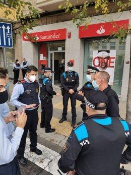 Agents de la Guàrdia Urbana expliquen a l'alcalde de Lleida, Miquel Pueyo, què ha passat. Imatge del 6 de novembre de 2020. (Vertical)