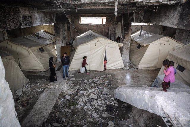 Familias desplazadas en tiendas de campaña en el estadio de Idlib, en el noroeste de Siria