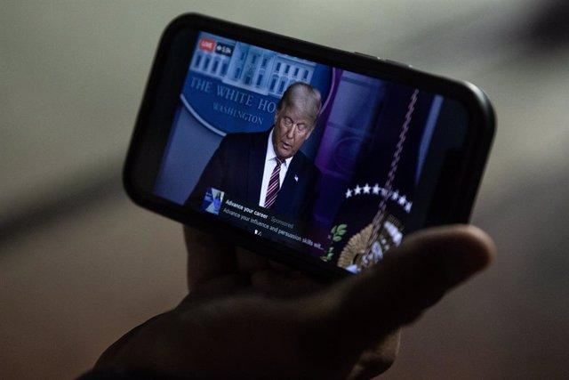 Comparecencia de Donald Trump seguida desde un teléfono móvil en Filadepfia