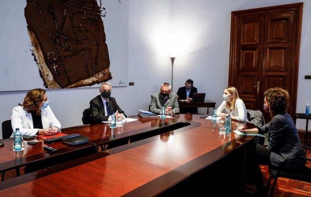Pla mitjà de la reunió de l'alcaldessa de Barcelona, Ada Colau, amb representants i víctimes del 17-A, el 6-11-20 (horitzontal).
