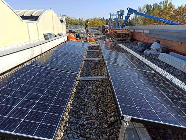 Imatge dels treballs d'instal·lació dels panells solars a la coberta de la seu del Grup Alba a Tàrrega, el 6 de novembre del 2020. (Horitzontal)