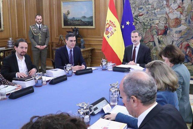 El vicepresidente segundo y ministro de Derechos Sociales y Agenda 2030, Pablo Iglesias (1i), el presidente del Gobierno, Pedro Sánchez (2i), y el Rey Felipe VI (c), durante la primera reunión del Consejo de Seguridad Nacional en el Palacio de la Zarzuela