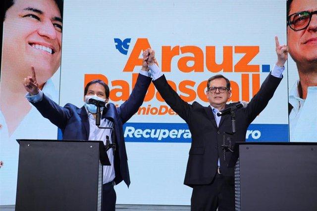 Andrés Arauz y Carlos Rabascall, candidatos a presidente y vicepresidente de Ecuador, respectivamente, por el partido del expresidente Rafael Correa, Centro Democrático.