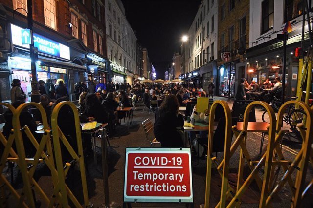 04 November 2020, England, London: People are seen out on Old Compton Street ahead of a national lockdown for England as of Thursday. Photo: Kirsty O'connor/PA Wire/dpa