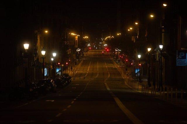 La Via Laietana totalment buida durant el toc de queda. Barcelona, Catalunya, (Espanya), 2 de novembre del 2020.