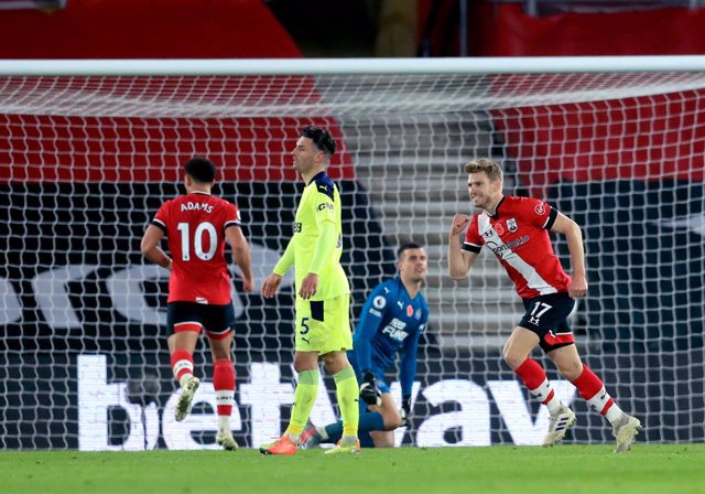 06 November 2020, England, Southampton: Southampton's Stuart Armstrong (R) celebrates scoring his side's second goal during the English Premier League soccer match between Southampton and Newcastle United at St Mary's Stadium. Photo: Adam Davy/PA Wire/dpa
