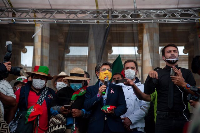 19 October 2020, Colombia, Bogota: Bogota Mayor Claudia Lopez (C) speaks with Indigenous demonstrators during a protest against the government of president Ivan Duque Marquez at the Bolivar Square. Photo: Chepa Beltran/VW Pics via ZUMA Wire/dpa
