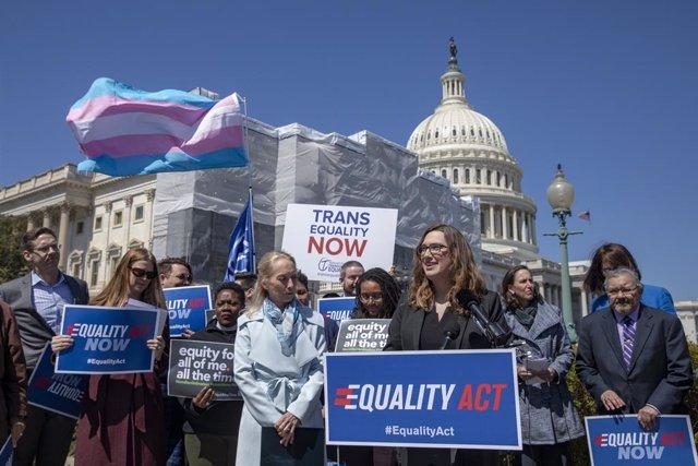 La demócrata Sarah McBride consigue un escaño en el Senado de EEUU y se convierte en la primera mujer transgénero en conseguirlo.