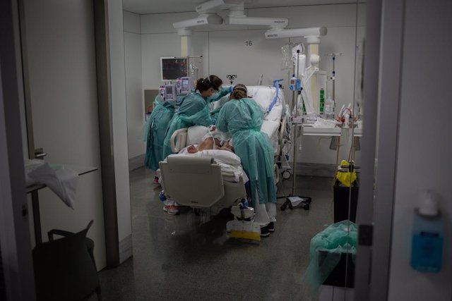 Sanitàries visiten un malalt a l'UCI de l'Hospital Sant Pau de Barcelona aquesta setmana
