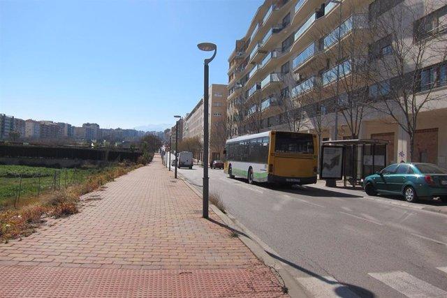 Un autobús urbano de Jaén circula por el Paseo de España.