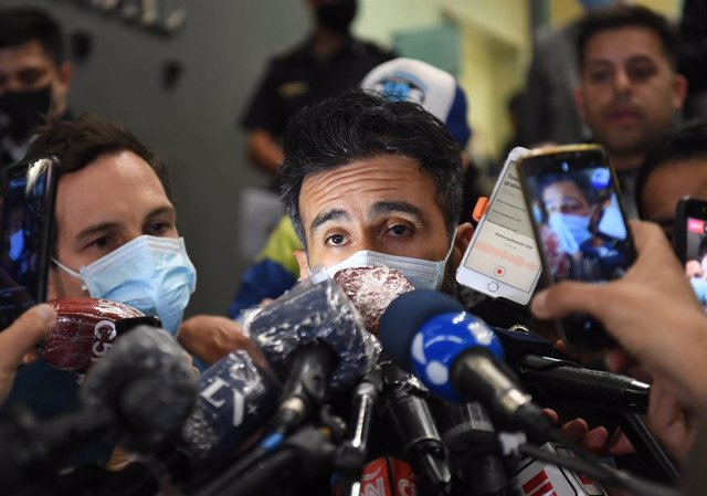 03 November 2020, Argentina, Buenos Aires: Leopoldo Luque, personal physician of Argentine soccer legend Diego Maradona, talks to journalists at the entrance of the clinic where Maradona underwent a surgery for a bleed on the brain. Photo: Ramiro Gomez/te