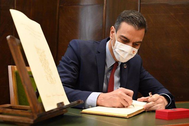 El presidente del Gobierno, Pedro Sánchez, firma durante su visita programada al Consejo Superior de Investigaciones Científicas (CSIC), en Madrid (España), a 6 de noviembre de 2020.