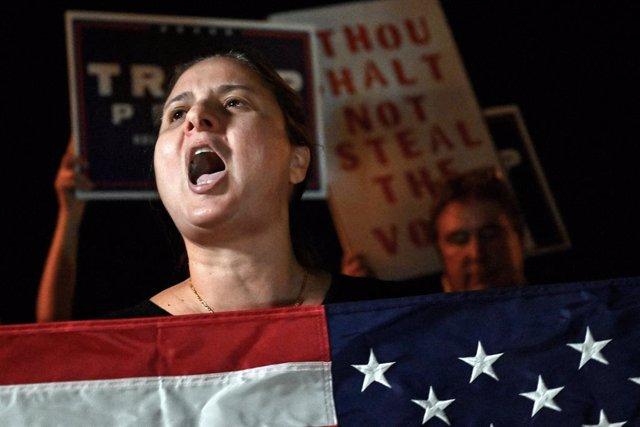 Una simpatitzant de Trump protesta davant d'un centre de recompte de vots al comtat de Clark, prop de Las Vegas.