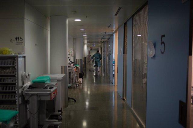 Un sanitari per un dels passadissos de l'UCI de l'Hospital de la Santa Creu i Sant Pau, integrat a la Red Hospitalària de Utilizació Pública de Catalunya, a Barcelona, Catalunya (Espanya), 6 de novembre del 2020.