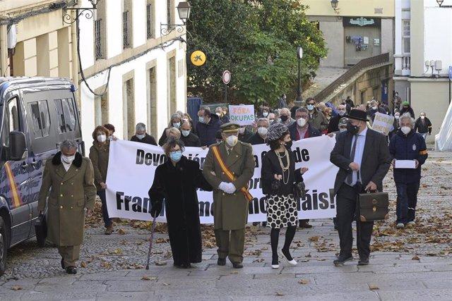 """Un grupo de actores encabeza una marcha cívica para pedir la """"devolución"""" al patrimonio público de la Casa Cornide, en manos de la familia Franco, en A Coruña, Galicia, (España), a 7 de noviembre de 2020."""