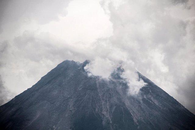 El fum ascendeix des del volcà Merapi