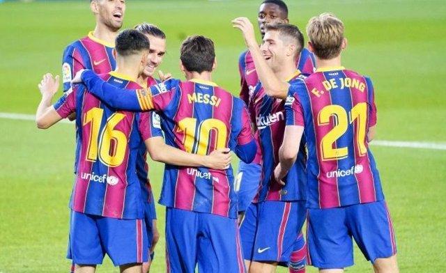 Messi celebra con sus compañeros el primer gol de este sábado ante el Betis