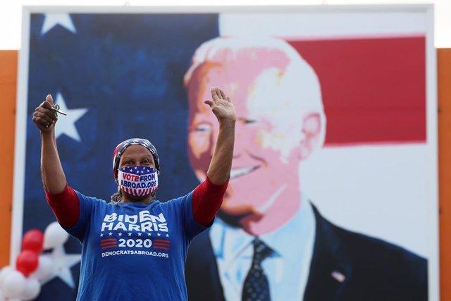 Una mujer celebra la victoria de Joe Biden en las elecciones presidenciales de Estados Unidos desde Ballina, en California, EEUU