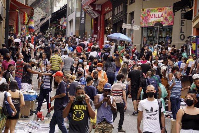 Personas caminan por la calle en Sao Paulo