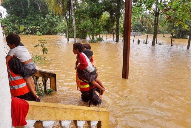 Dos niños son evacuados en Guatemala por la tormenta 'Eta'