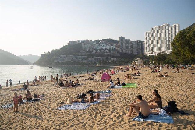 Bañistas en Hong Kong tras la reapertura de las playas en la isla.