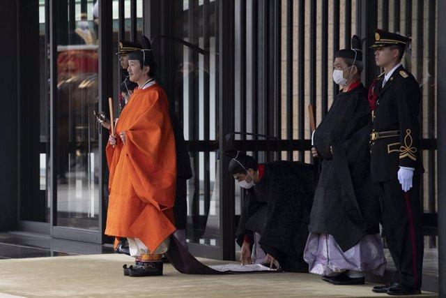 El príncipe heredero de Japón, Fumihito, deja el Palacio Imperial en Tokio de camino a su ceremonia de proclamación.