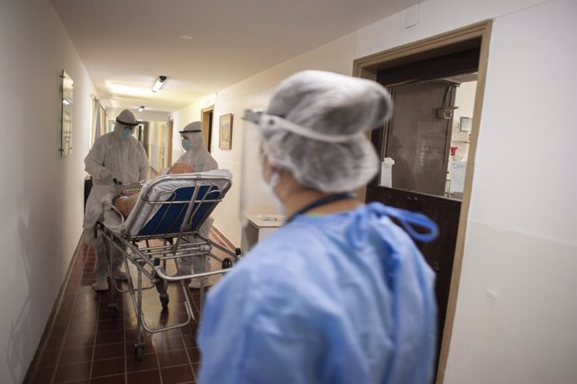 07 November 2020, Argentina, Firmat: Medics attend to a man who suffers from health complications after contracting coronavirus at the intensive care unit of a hospital. Photo: Patricio Murphy/ZUMA Wire/dpa