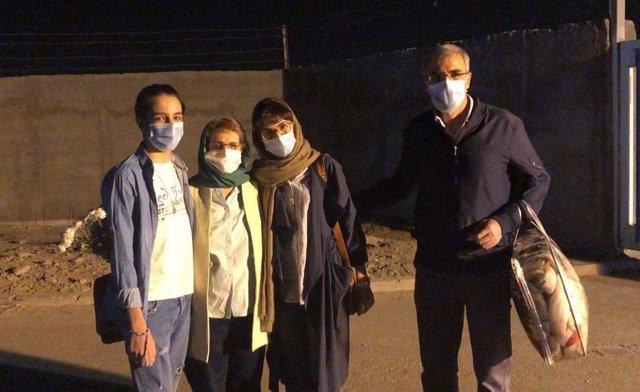 La activista Nasrin Soutudeh, en el centro de la imagen, con su familia