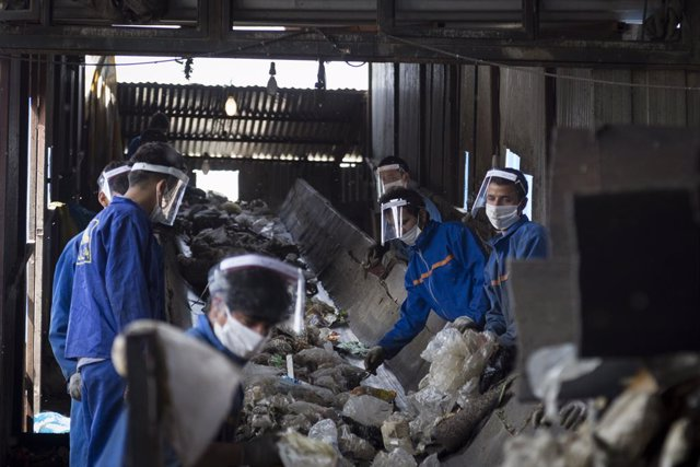 19 May 2020, Iran, Ray: Workers sort garbage at Arad-Kouh garbage disposal centre and coronavirus infectious waste. Photo: Rouzbeh Fouladi/ZUMA Wire/dpa