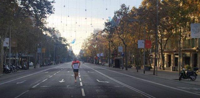 La marató Virtual 42/7 Zurich Marató Barcelona ha començat aquest diumenge en un format individual i digital a causa de la pandèmia.