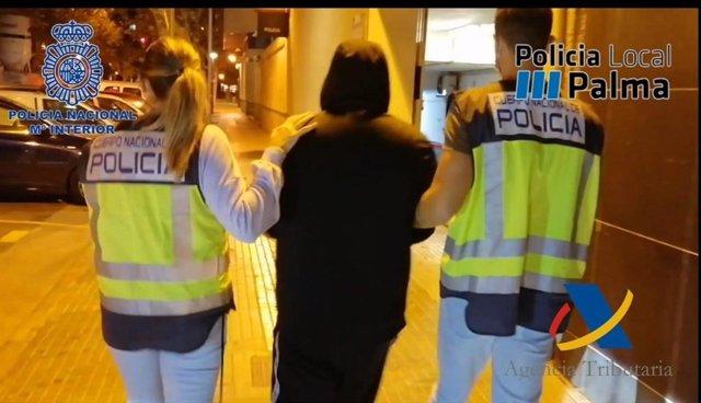 Momento de la detención de uno de los dos detenidos en la operación como presuntos autores de un delito contra la salud pública.