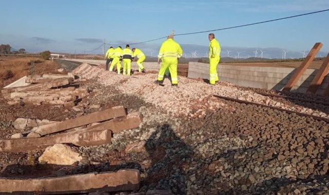 Operarios arreglan la vía donde descarrilló un tren entre Almargen y Campillos de la línea Algeciras-Madrid