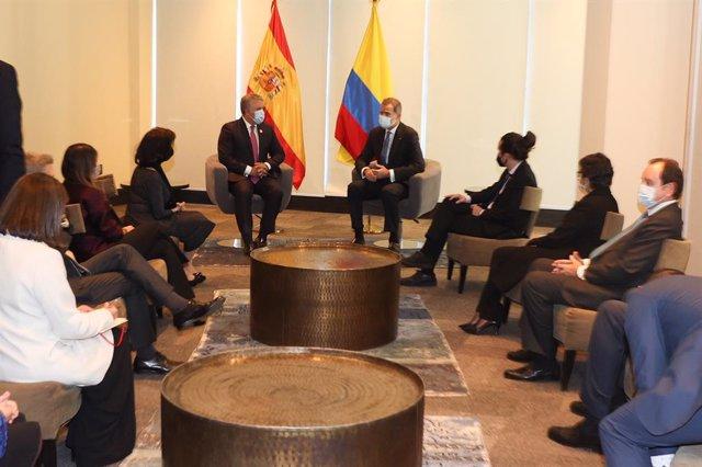 El Rey Felipe VI (derecha) conversa con el presidente de Colombia, Iván Duque (izquierda), durante su visita a Bolivia para asistir a la toma de posesión de su nuevo presidente, Luis Arce, en La Paz (Bolivia), a 8 de noviembre de 2020. En la visita al paí