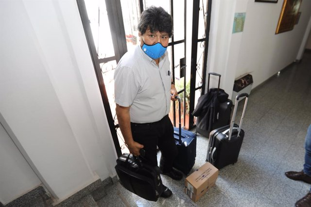 08 November 2020, Argentina, El Palomar: Former Bolivian President Evo Morales stand with his luggage at El Palomar airport before boarding an Argentinean Air Force flight to Jujuy to return from there to his country after living in exile in Argentina for