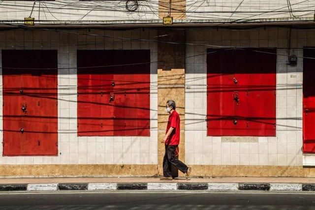 Un hombre pasea con mascarilla en la ciudad indonesia de Bandung