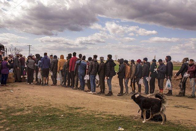 Cola de migrantes y refugiados en Edirne, Turquía
