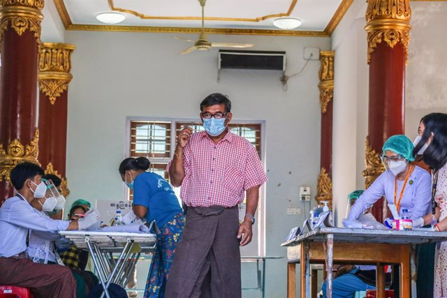 08 November 2020, Myanmar, Mandalay: A man leaves a polling station after casting his vote at the 2020 Myanmar general election. Photo: Kaung Zaw Hein/SOPA Images via ZUMA Wire/dpa