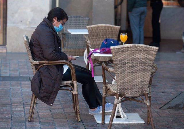 Consumidores de terrazas, bares y cafeterías portan sus mascarillas
