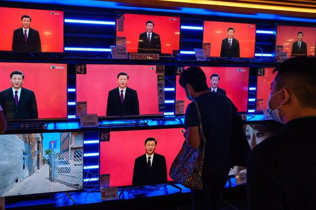 14 October 2020, China, Hong Kong: People look at screens displaying Chinese President Xi Jinping speech, during his visits to Shenzhen to mark the 40th anniversary of the establishment of the Shenzhen Special Economic Zone. Photo: Isaac Wong/SOPA Images