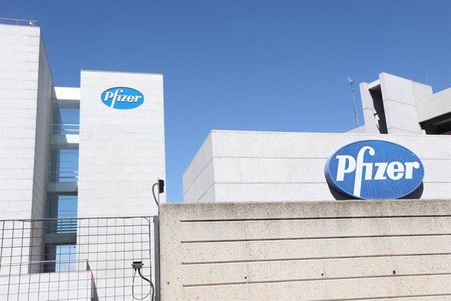 Logo de Pfizer en el edificio de los laboratorios de la marca en Madrid (España), a 2020.  El laboratorio estadounidense Pfizer trabaja junto con el  alemán BioNTech en una clase de vacuna basada en el ARN mensajero (ARNm), que transfiere información a la