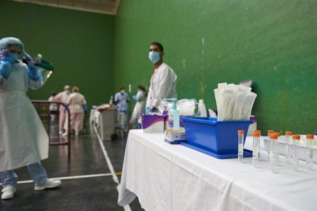 Vista del material necesario para la realización de pruebas PCR en el dispositivo instalado en el Frontón Arizmendi de Ermua, Vizcaya