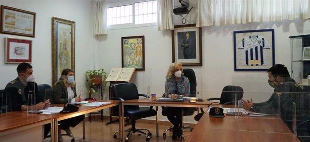 La alcaldesa de Castilleja de la Cuesta (Sevilla), Carmen Herrera, reúne a la Mesa Técnica del municipio para hacer balance del dispositivo puesto en marcha durante el confinamiento perimetral de la localidad.