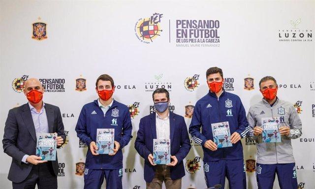 Luis Rubiales (presidente RFEF), Mikel Oyarzábal (Real Sociedad), Manuel Murie (neurólogo y autor), Rodri Hernández (Manchester City) y Luis Enrique Martínez (seleccionador nacional), en la presentación de 'Pensando en Fútbol, de los pies a la cabeza'
