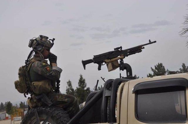 Un militar del Ejército afgano desplegado con su ametralladora en una patrulla