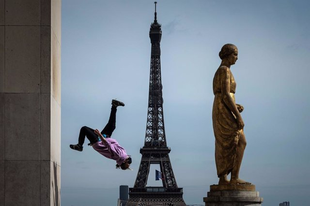 FILED - 11 May 2020, France, Paris: French free runner Johan Tonnoir practices on Trocadero Plaza in front of the Eiffel Tower on the first day of France's easing of lockdown measures that have been in place for 55 days to curb the spread of the coronavir